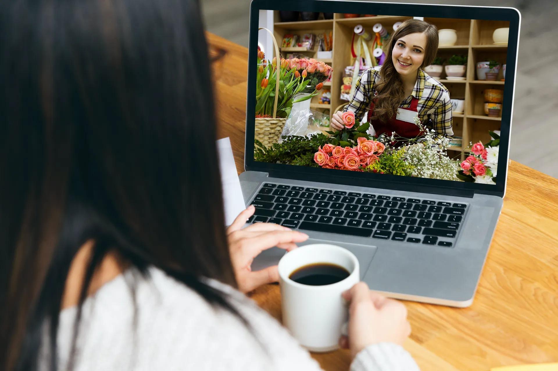 femme sur un site internet de fleuriste